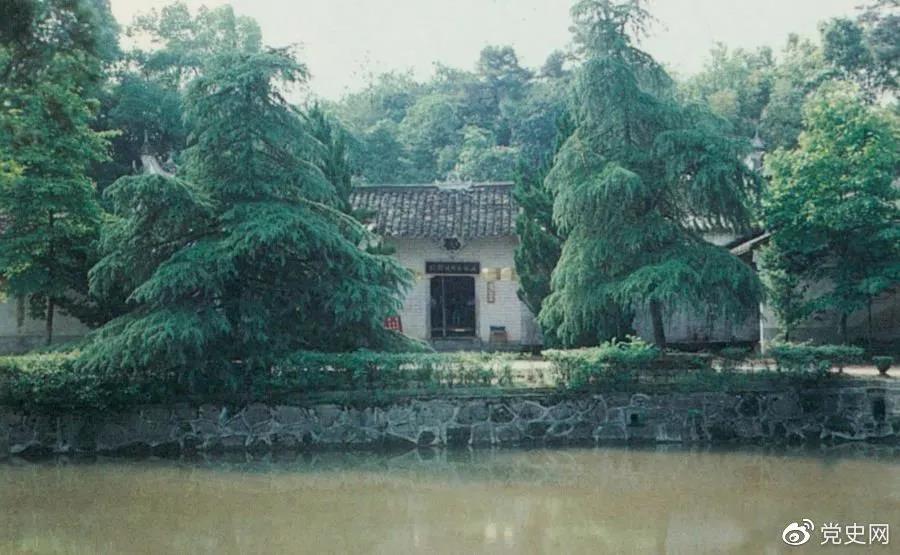 图为任弼时故居。1904年4月30日,任弼时出生在湖南省湘阴县熟塘乡唐家桥(今属汨罗市)。